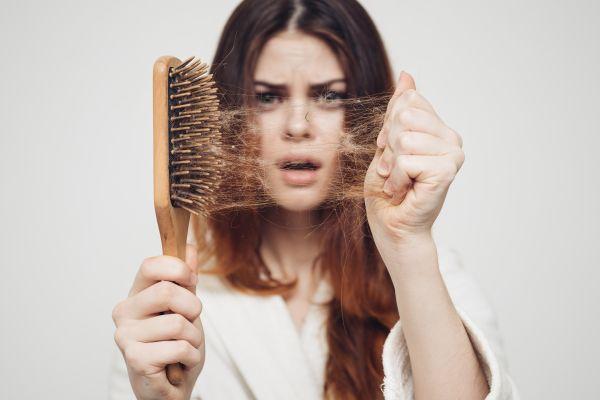 Bitkisel besleyicilerin gücü ile sağlıklı görünen saçlar