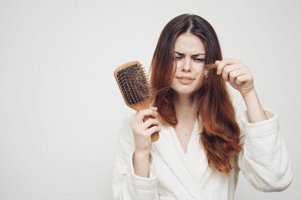 Saçlarınız neden mi dökülüyor? İşte 8 neden!