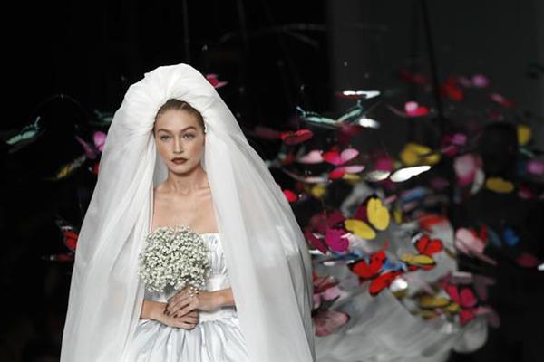 Gigi Hadid giydiği gelinlik ile göz kamaştırdı