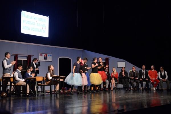 'Hababam Sınıfı Parıltıyla' tiyatro oyunu ayakta alkışlandı