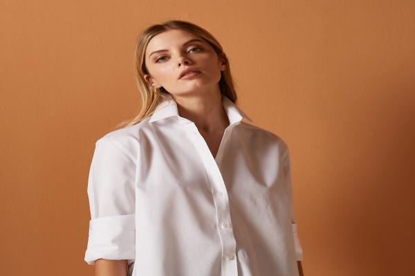 All In White gömlekleri yeni başlangıçları temsil ediyor