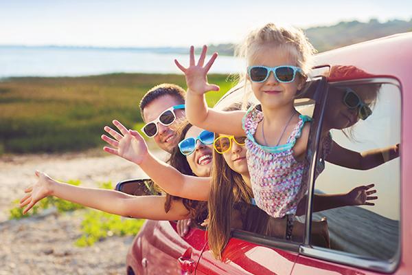 Çocuklar da güneş gözlüğü takmalı