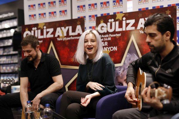 Güliz Ayla akustik performansıyla sevenleriyle buluştu