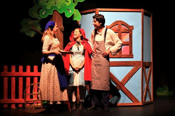Eti Çocuk Tiyatrosu Miniklere 23 Nisan'da  Kırmızı Başlıklı Kız'ı Hediye Ediyor