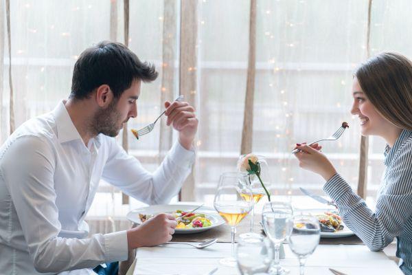 İlk buluşmada hangi yiyecekleri tercih etmemeliyiz?