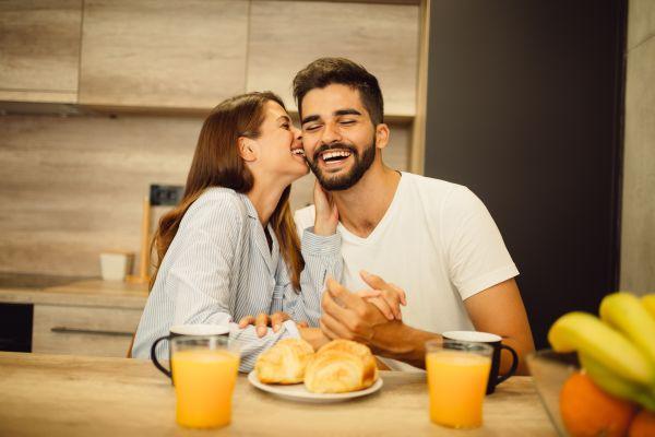 Bir erkeğin sizden hoşlandığını gösteren 26 davranışı