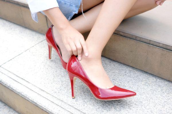 Topuklu ayakkabı giymenin 15 altın kuralını açıklıyoruz