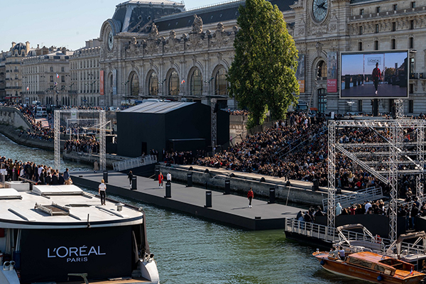 Paris Moda Haftası'nda Seine Nehri yüzer podyuma çevirildi