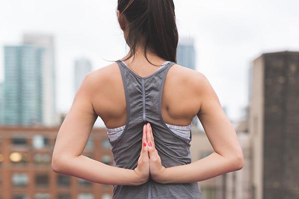 Doğru durarak ve bol su içerek omurga sağlığınızı koruyabilirsiniz!