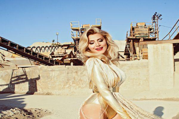 Zeynep Mansur şimdi yeni single'ı 'Tesadüfen'le karşımızda