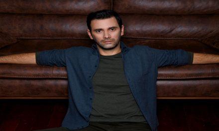 Murat Danacı, hem aşk insanı hem de hayallerine tutkuyla bağlı bir oyuncu